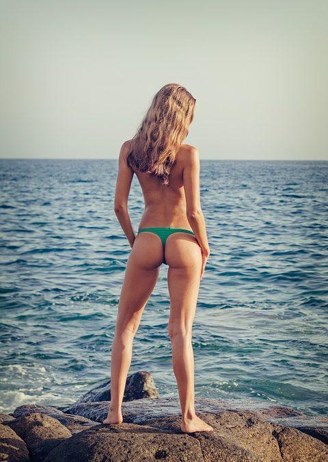 Photo sexy : pourquoi la culotte est plus excitante qu'un maillot ?